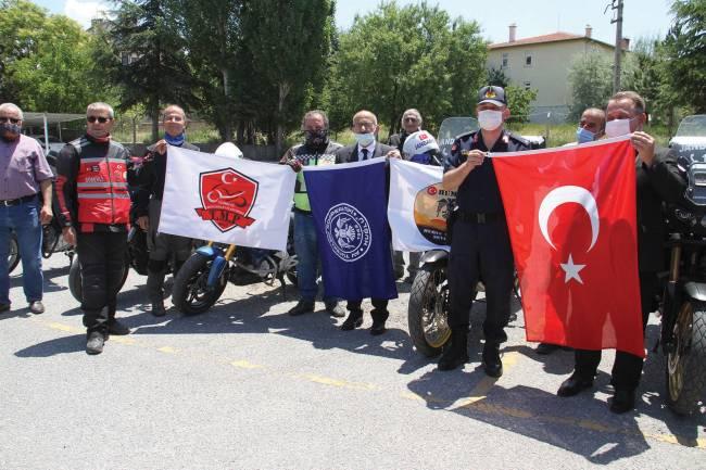 Motosikletlilerden Jandarmaya kutlama