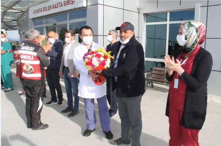 Sağlık çalışanlarına çiçek sundular