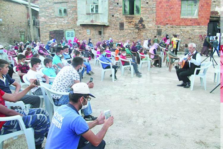 Hüyük ve Mahalleleri'nde Gezen Sinema Tır'ı vatandaşları sinemayla buluştuyor