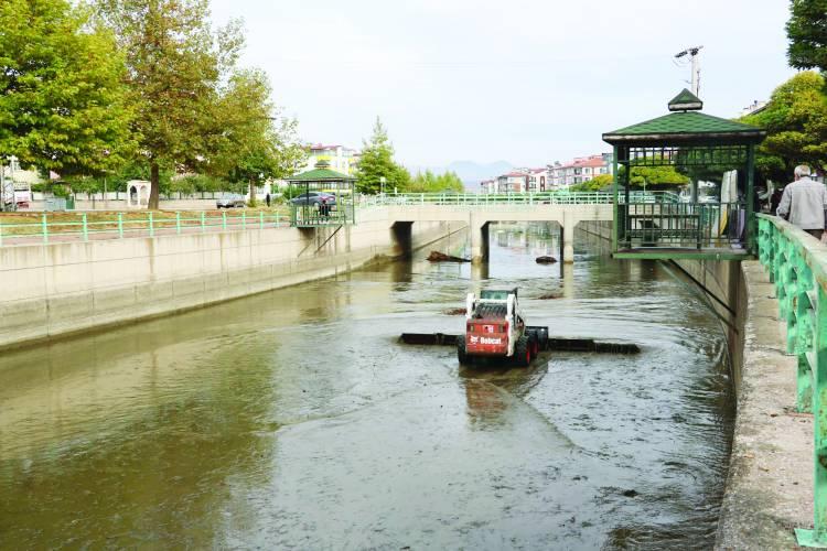 Belediye BSA Kanalını Temizliyor